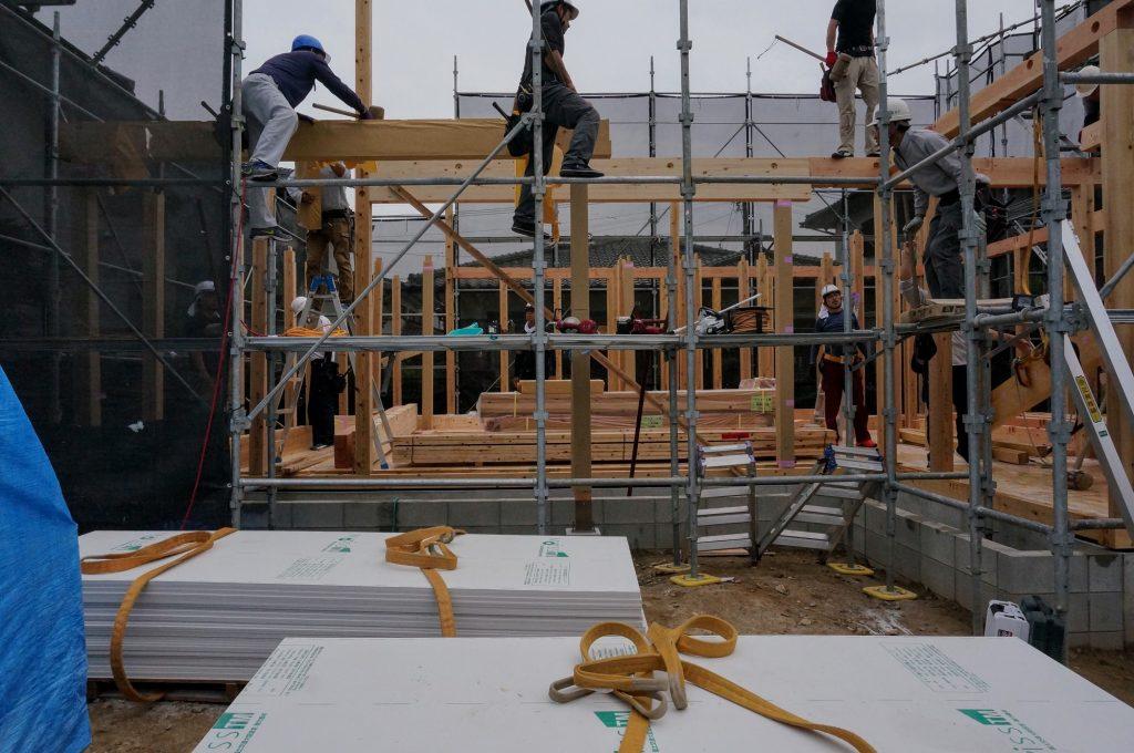 大工さんたちによる上棟作業