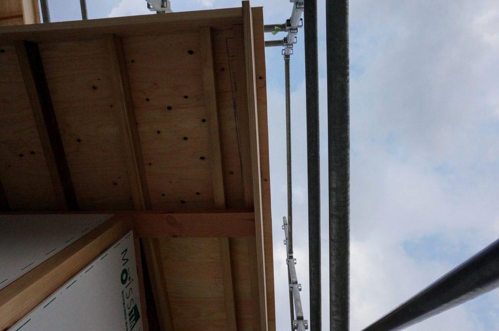 上棟日。屋根下地を見上げる