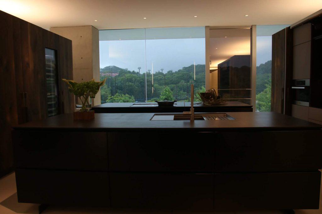 キッチンハウスのフラッグシップキッチン。陶板が天板。スモークオーク突板が面材。すごい。