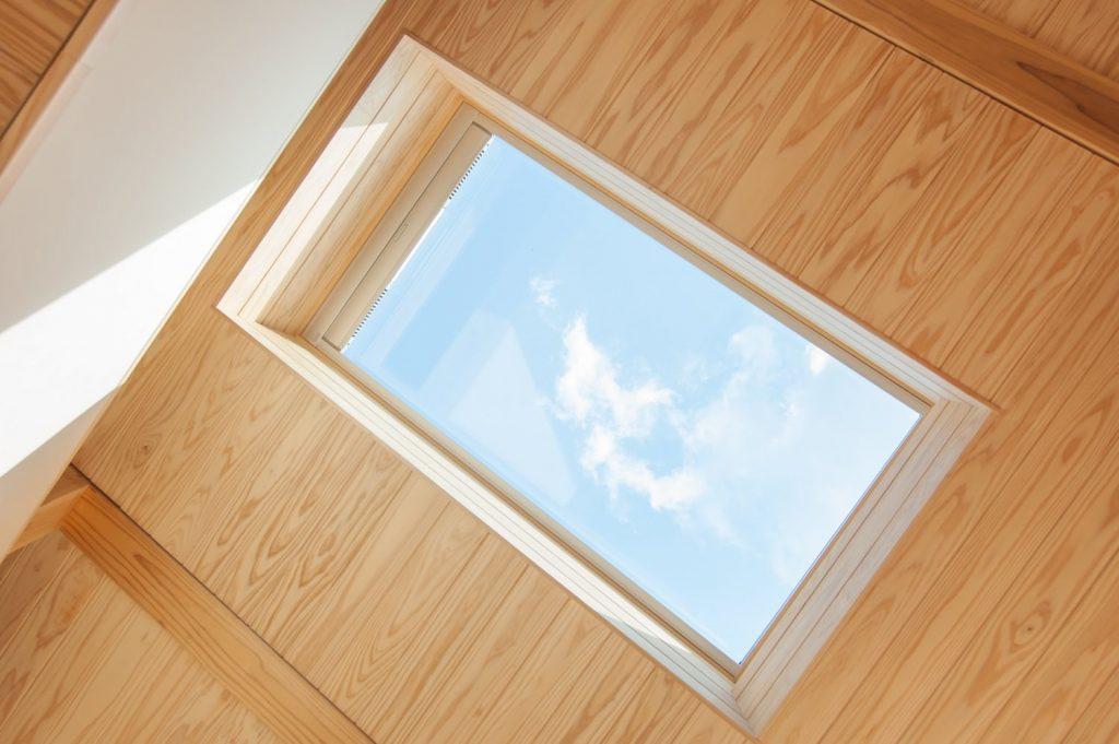 【天窓】ベルックスFIXの天窓。勾配天井と板張り