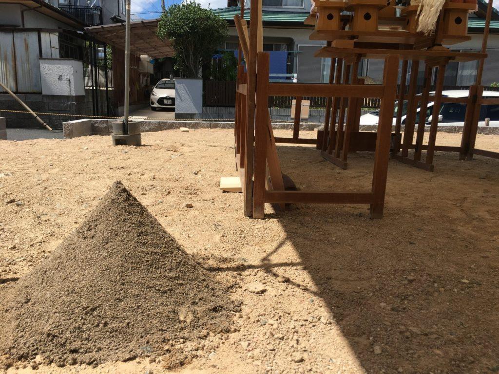 地鎮祭で砂を盛っています