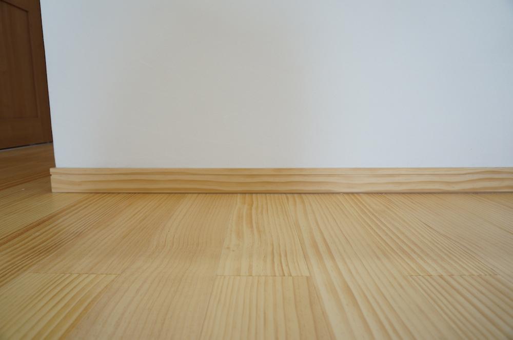 木製の幅木です