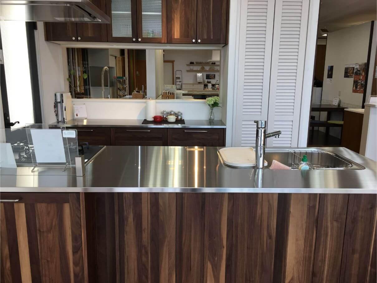 ウッドワンのキッチンの特徴は「無垢の木」のキッチン