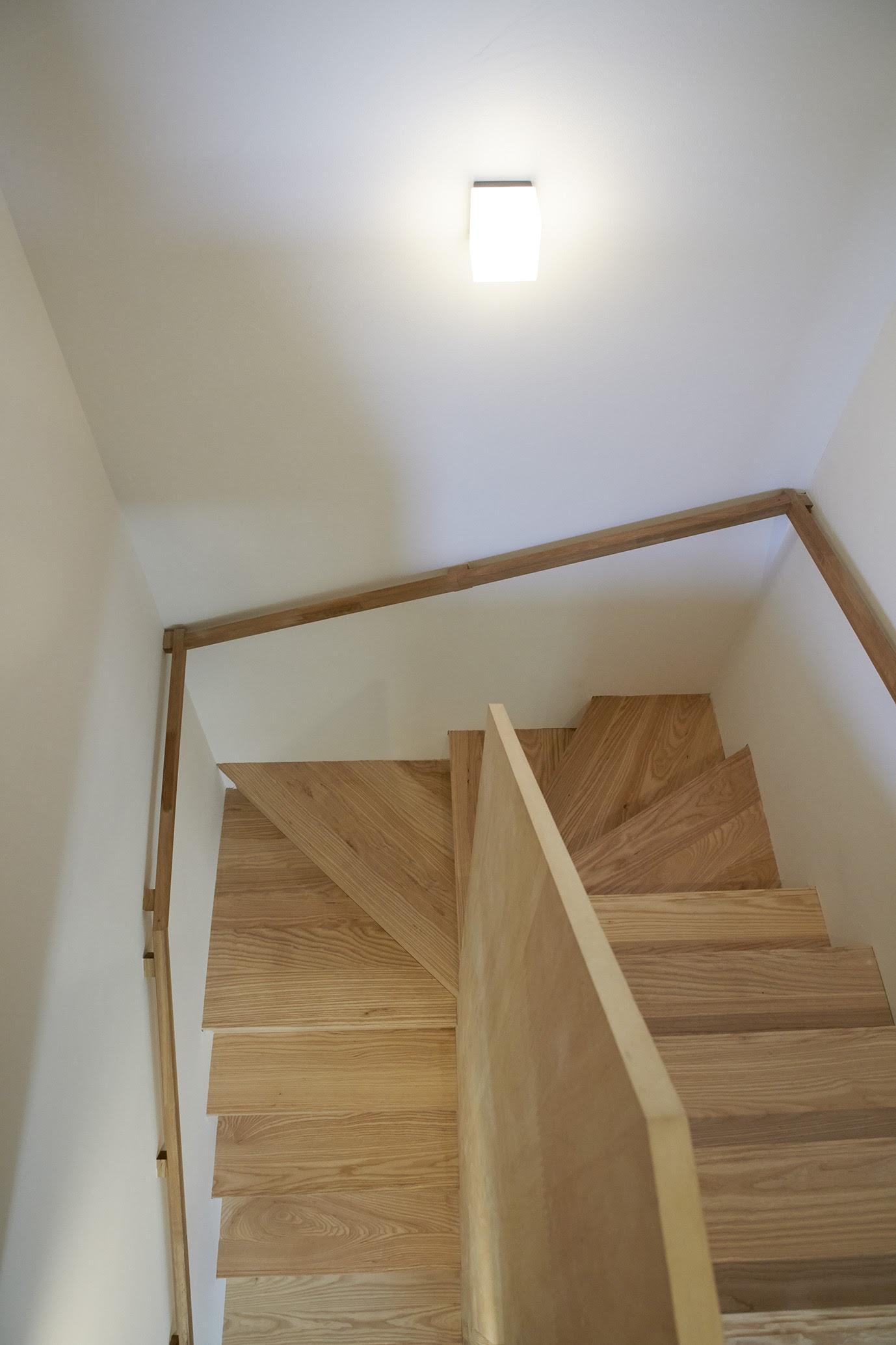 階段の壁に取り付けられた四角型のブラケットライト(照明)