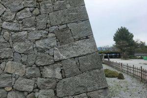 自然石の擁壁の例